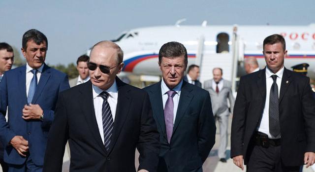 """普京带墨镜抵达塞瓦斯托波尔机场   据俄罗斯""""Restin""""新闻网8月13日消息,俄罗斯总统普京带墨镜现身塞瓦斯托波尔机场,开始对克里米亚进行为期2天的访问。   当地时间13日,普京抵达塞瓦斯托波尔机场,戴墨镜参加欢迎仪式,开始其在克里米亚为期2天的访问行程。在此期间,普京同安全会员会成员举行会议,就保障克里米亚安全及斗争腐败的问题进行讨论。   此外,普京还将在克里米亚会见俄罗斯国家杜马议员及俄联邦委员会成员。 初审编辑:张希月"""