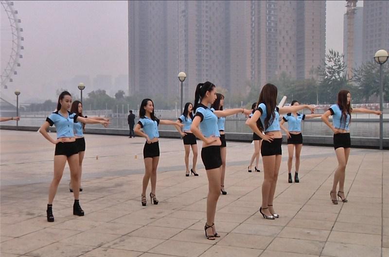 众女子穿包臀紧身裙低胸装 跳么么哒 手舞 风