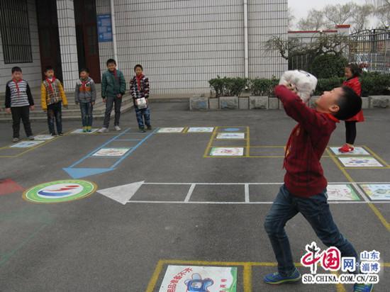 在校园中画出游戏场地,每到课间,同学们扔骰子,玩游戏,在快乐游戏中