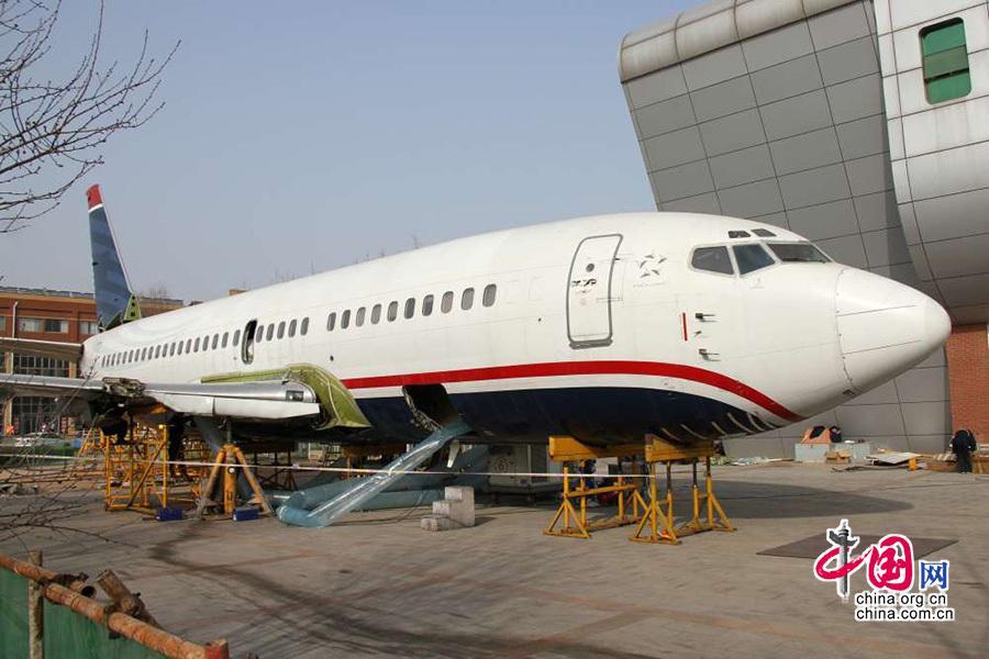 滨州学院波音737-300飞机机翼回装完成
