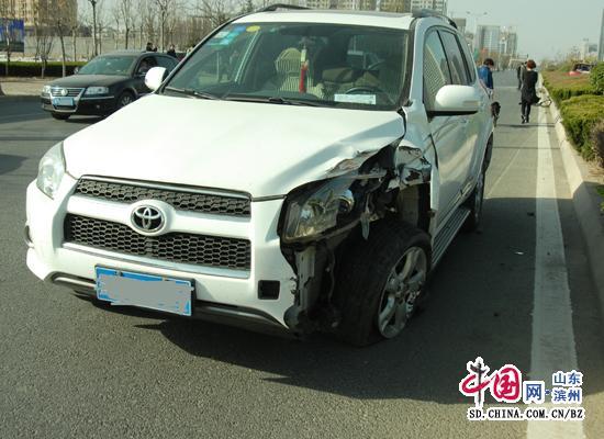 惊险 被越野车追尾 电动 汽车 被撞进绿化带 图高清图片
