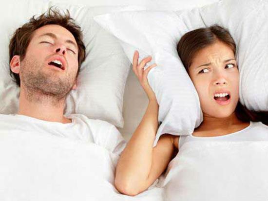 睡觉鼾声如雷或为痴呆症早期迹象(图)