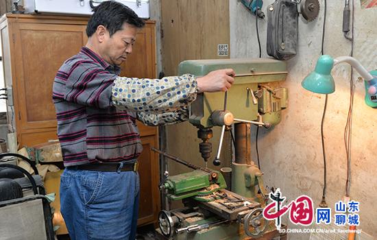 山东聊城唯一手工制作京胡的老手工艺人