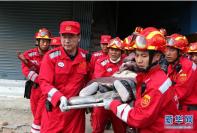 中国国际救援队成功搜救出第一名幸存者(组图)