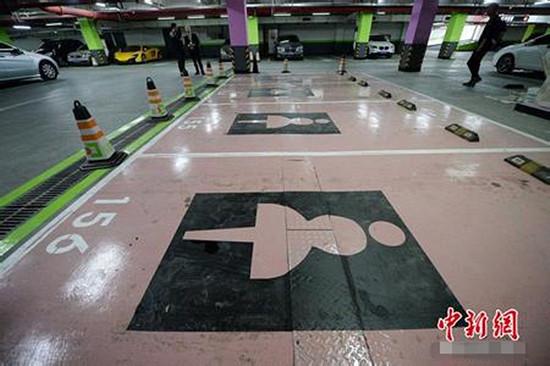上海出现女性专用停车位   日前,上海虹桥地区一商务楼地下车库出现了女性专用停车位,引起关注。新民晚报新民网记者实地看到,这些车位被涂上女性化的亮粉红色,并标有穿裙装女性的标志。管理方介绍,女性专用车位靠近出入口以及电梯,仅有4席,按照最宽最大设立,并设有紧急呼叫对讲机。但其同时强调,这些女性专用车位绝无歧视女司机的意思,主要是为女性提供最便利的停车位置。   记者在现场看到,停车位用以粉红色为底色,并以十分醒目的穿裙子女性为标识。周围立柱为绿色,而到了女性专用车位处,立柱为紫色。车库管理方&ldquo