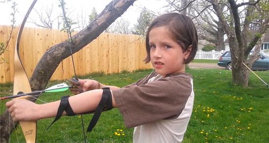 美国小男孩用弓箭为自己拔牙(组图)