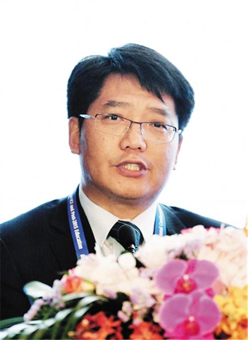 """昨日上午,青岛市教育局局长邓云峰在国际教育信息化大会有关""""促进教"""