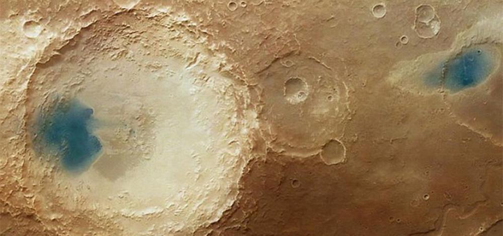 """欧洲宇航局拍到火星表面神秘""""蓝湖""""(组图)"""