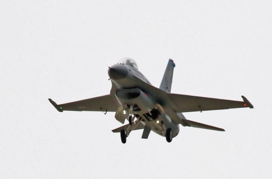 上海代表队的涡轮喷气式高仿真f-16战机航模进行了