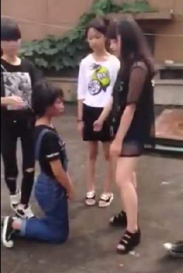 校园暴力:江西永新初中生打人 跪地被连扇耳光(图)