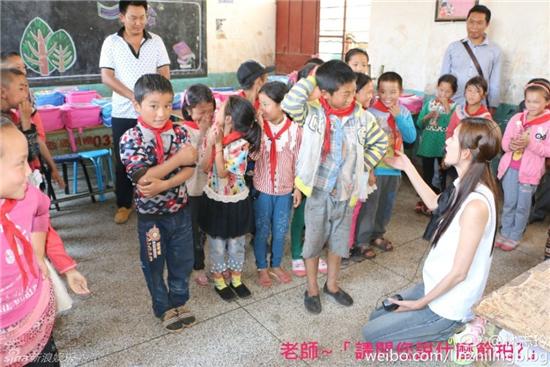 林志玲山区慈善助学简约装扮可爱亲切 跪地与孩子们拍照【组图】