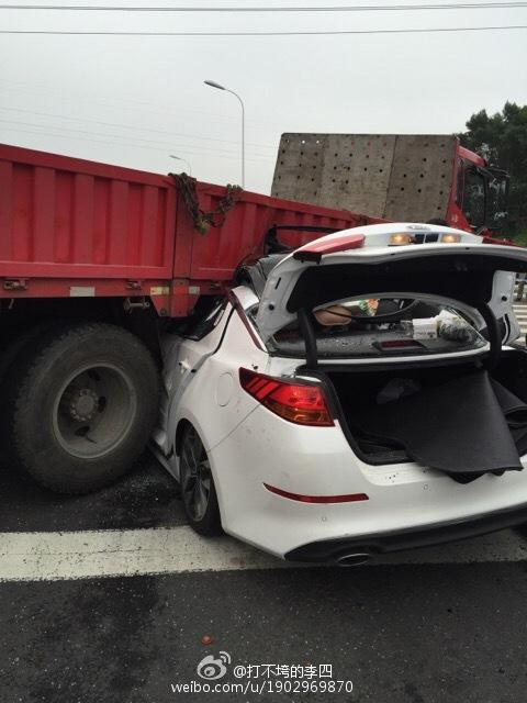 南京又发生惨烈车祸 轿车钻货车车底遭削顶 两男一女当场身亡 图