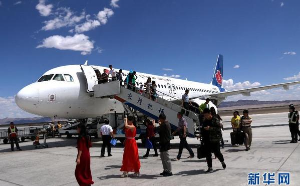 山东青岛经停兰州抵达敦煌的往返航班正式开通