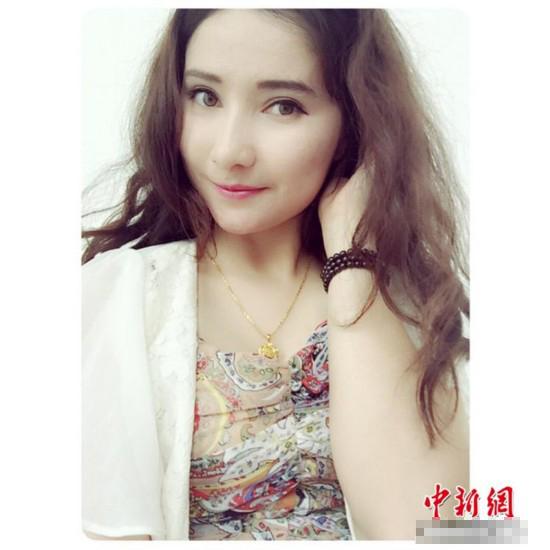 """连日来,新疆生产建设兵团第一师图木舒克市公安局一女特警的生活照在网络上迅速走红,照片上的这位维吾尔族姑娘皮肤白皙,一身黑色特警战斗服衬托下年轻美丽英姿飒爽,展现了新疆女特警的风采,引发网友关注,被誉为""""最美的警花""""。照片上的这位维吾尔族姑娘、皮肤白皙,一身黑色特警战斗服衬托下年轻美丽英姿飒爽,冷漠妩媚。"""