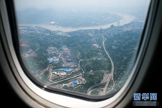 7月27日,重慶到江蘇鹽城的首航班機離開重慶飛往鹽城。當日,山東航空公司開通重慶-鹽城-大連航線,搭建渝蘇遼三地方便快捷的空中通道。航線由山東航空公司波音B737-800型飛機執飛,班机編號為SC8791/2,每日一班,當日往返。新華社發(顧頤 攝)