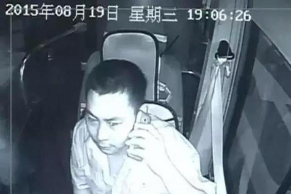 事发公交车。   8月20日7点左右,广州713路公交车内,一名年约40岁的中年男子手持菜刀,情绪激动地说着话,一时站着,一时坐着,甚至一度跪下、磕头。乘客卢先生说,昨晚6点多钟,他从广园客运站乘坐713路公交车回花都,途经夏茅客运站的时候,一名男子急匆匆地上了车。   开始的时候还看不到有刀的,司机也看不到的,他就这样上了车,上车就开始激动了。   据乘客卢先生说,当时他就坐在车的这个座位上,而男子上车后就站在司机位的旁边,就跟司机说,前面靠边停,当时司机都愣了一下,觉得男子到底想干什么。   而