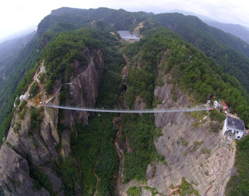 湖南现国内首条高空玻璃吊桥 惊险刺激挑战勇敢的心(组图)