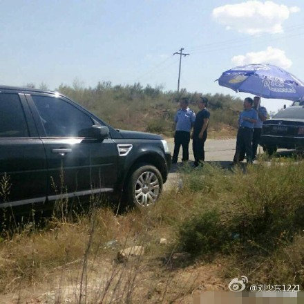 陕西官员视察开路虎 民警为其打遮阳伞10分钟(图)