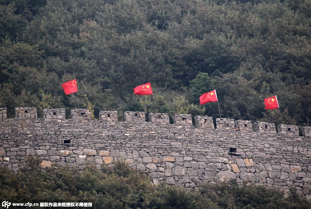 深山绝壁古长城悬挂66面五星红旗迎国庆 六旬老农向国旗敬礼
