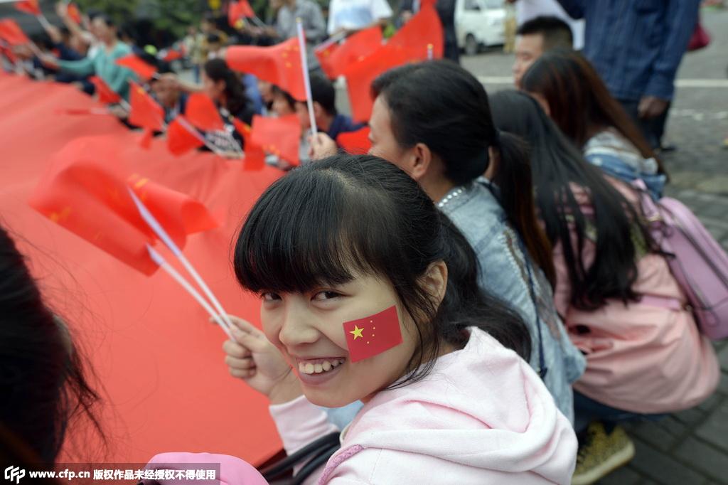 重庆市民与200平米巨型国旗合影 迎接国庆到来