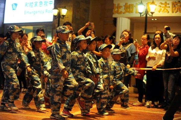 北京上演儿童版阅兵 效仿