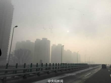 """哈尔滨""""大雾袭城"""" 教育局发停课通知(图)"""