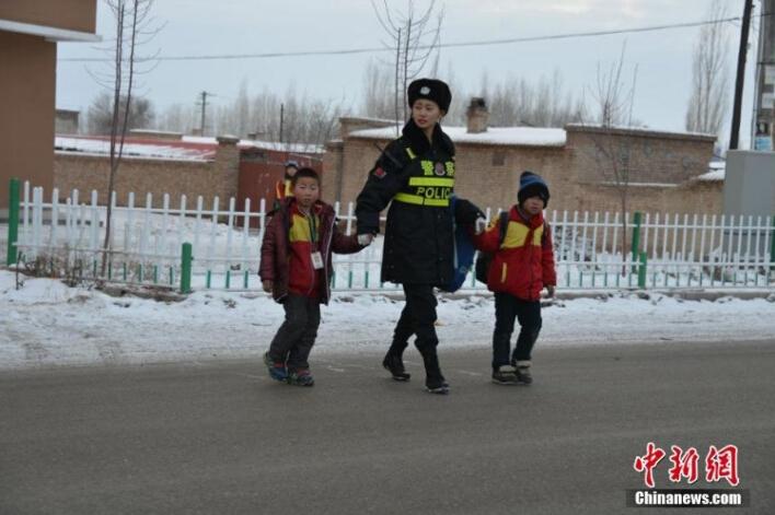 新疆大雪降临美女交警执勤走红 清纯卖萌照暖人心 组图