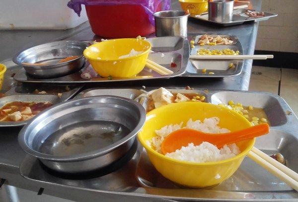 曝学校食堂供剩饭 校方被指不允许学生在外就餐
