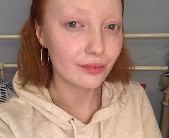 英女孩化半面妆走红 素颜对比曝光引吐槽(组图)