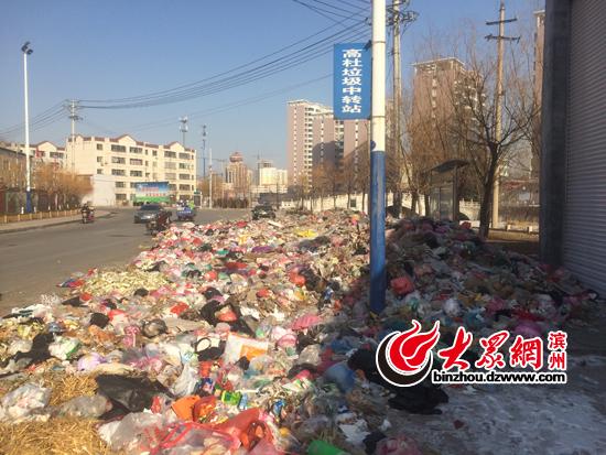 """滨州某城管执法中队办公场所门口变""""垃圾场"""" 垃圾堆内停放报废车"""