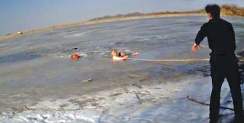 山东58岁民警冰水中救起落水女 拳头砸开冰面(图)