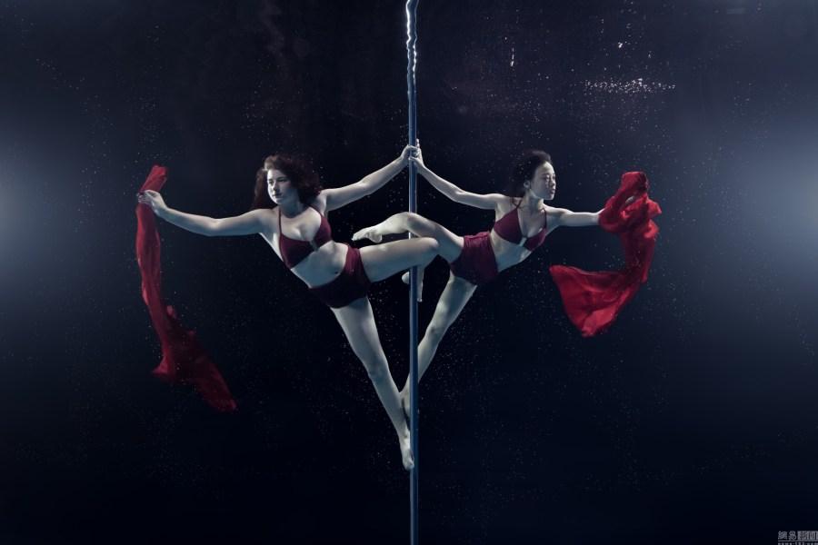 摄影师拍摄唯美水下钢管舞高难度水下呼吸性邹晶晶性感美女图片