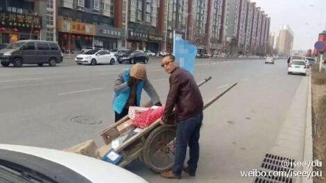 网曝郑州街道禁止电动三轮穿行 快递员无奈拉板车配送(组图)