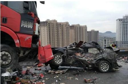 高速车祸7死6伤 事故现场惨不忍睹(组图)