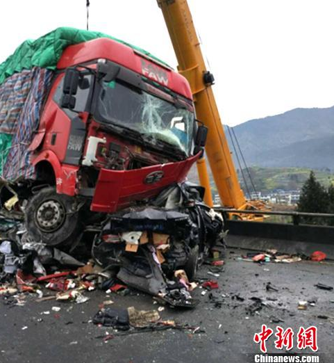 高速车祸7死6伤 三车追尾连撞满地碎片(组图)