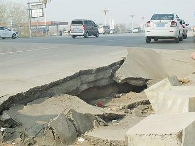 杭州高速路面塌陷 现场一辆小轿车被架在断裂路面的一边 多个收费站...图片 21657 396x296
