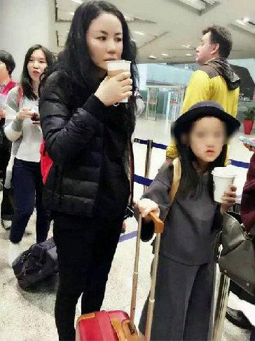 王菲素颜带李嫣赴日 小女儿自己推行李箱超贴心