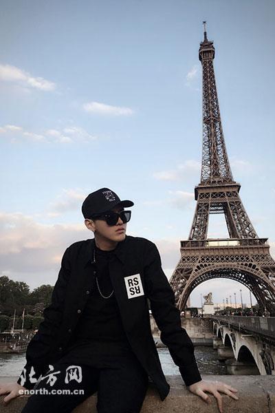 吴亦凡发布了一组在巴黎铁塔前的高清组图