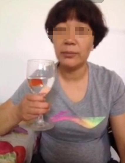 慎点!大妈直播疑被逼吃灯泡金鱼 作死行为引网友质疑(组图)