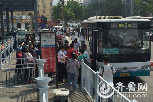 端午节首日,在青岛长途汽车站,乘客有序上车