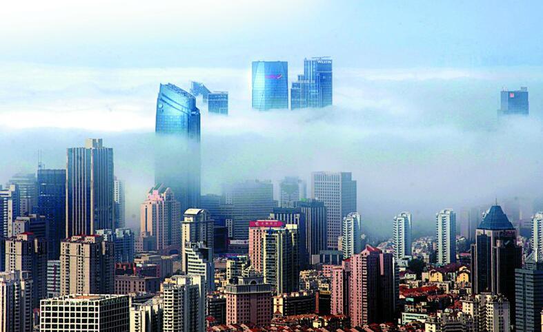 平流雾将青岛带入仙境 形成壮观奇特城市景观