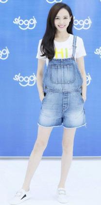 唐嫣背带裤+小白鞋的搭配法营造青春少女的即视感