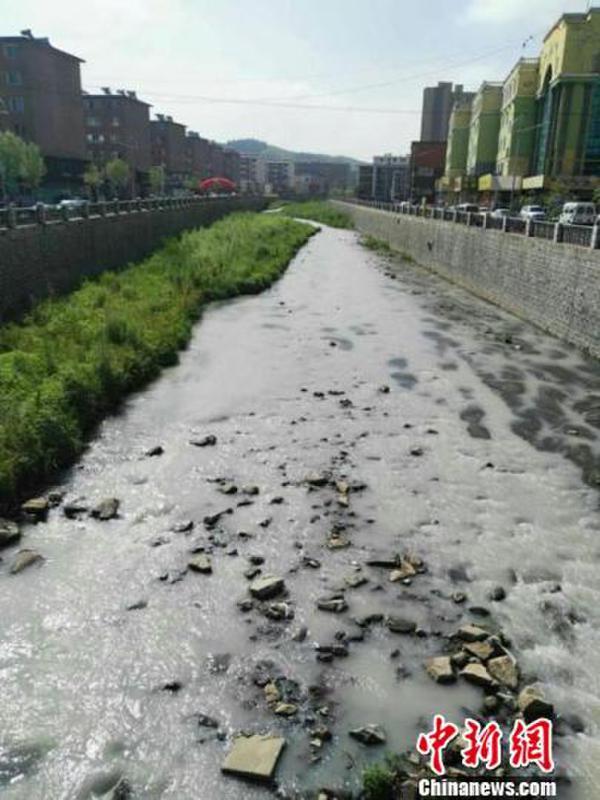 吉林现牛奶河 整条河都白了
