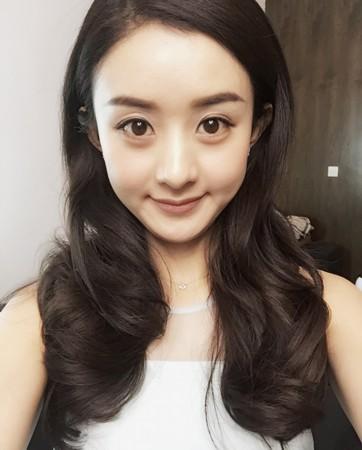 赵丽颖的这个短发造型其实还可以,只是总觉得没有长发发飘飘的她图片