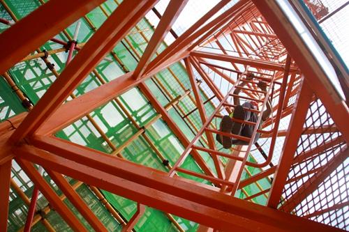 120米高空塔吊司机:三伏天也只敢喝半瓶水(图)