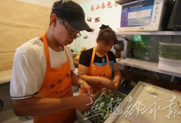 郑州:大学生开包子店 每天营业额可达近万元
