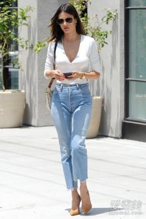 刘雯用廓形设计的白色上衣配牛仔裤