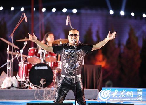 在舞台上与乐队中的青岛小嫚一起演唱了《秋天2002》
