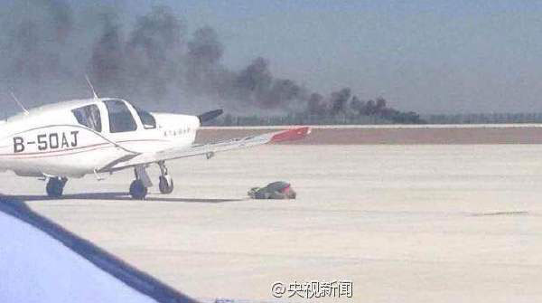 图说:沈阳飞行家表演队的一架xa42飞机在表演特技动作时发生坠机,目前