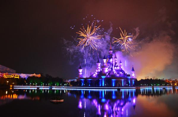 方特城堡前精彩演艺不容错过,演员们中秋之夜火力全开,激情四射.